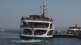 Passagiersveerboot bij havenwerf stock videobeelden