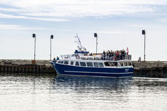 Passagiersveerboot bij het dok, die voor Bonaventure Island weggaan Stock Foto