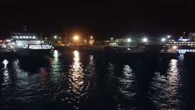 Passagiersveerboot, in de nachthaven stock video