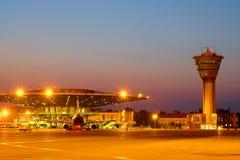 Passagiersvliegtuig bij de luchthaven in de avond Stock Afbeelding