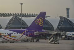 Passagiersvliegtuig bij de Luchthaven van Bangkok stock afbeeldingen