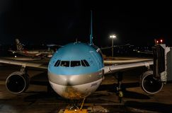 Passagiersvliegtuig bij de nachtluchthaven stock foto's