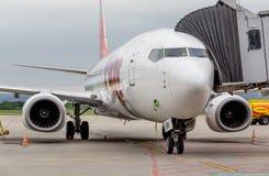 Passagiersvliegtuig Boeing 737 enkel gelande de manierlucht van van T ' Het inschepen van brug wordt verbonden met vliegtuig De d stock foto's