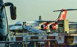 Passagiersvliegtuig die bij de luchthaven dokken royalty-vrije stock fotografie