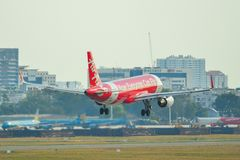Passagiersvliegtuig die bij de luchthaven landen royalty-vrije stock afbeelding