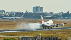 Passagiersvliegtuig die bij de luchthaven landen royalty-vrije stock fotografie