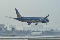 Passagiersvliegtuig die bij de luchthaven landen royalty-vrije stock afbeeldingen