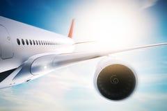 Passagiersvliegtuig die bij zonneschijn, blauwe hemel vliegen Royalty-vrije Stock Foto's