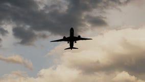 Passagiersvliegtuig die bij zonsondergang tegen de achtergrond van zeer mooie wolken opstijgen Mooie hemel stock video