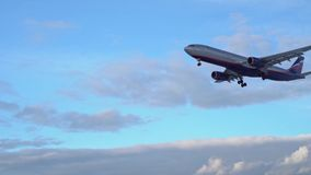 Passagiersvliegtuig die boven vliegen Zonnige dag Achtergrond blauwe hemel mooie wolken stock video