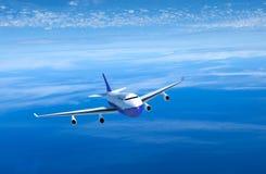 Passagiersvliegtuig die boven wolken vooraanzicht vliegen, het 3D teruggeven stock afbeelding