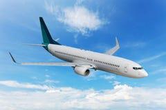 Passagiersvliegtuig die in de blauwe hemel vliegen Stock Afbeeldingen