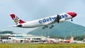 Passagiersvliegtuig die in de lucht vliegen stock fotografie