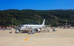 Passagiersvliegtuig die de onderhouden gronddiensten vóór volgende start zijn stock foto's