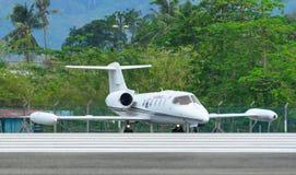 Passagiersvliegtuig die op baan van luchthaven taxi?en stock afbeeldingen