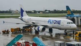 Passagiersvliegtuig die op de baan taxi?en stock fotografie