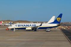 Passagiersvliegtuig die van Ryanair zich op baan klaar voor baord bevinden royalty-vrije stock foto