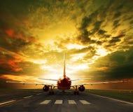 Passagiersvliegtuig klaar om op het gebruik van luchthavenbanen voor tra op te stijgen Stock Afbeeldingen