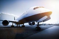 Passagiersvliegtuig op het luchthavenparkeren Stock Fotografie