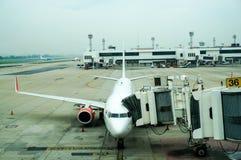 Passagiersvliegtuig op het vliegveld klaar voor het inschepen Royalty-vrije Stock Foto