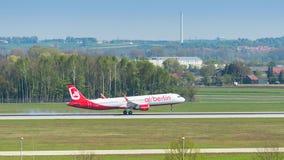 Passagiersvliegtuig van Air Berlin-luchtvaartlijn wat betreft neer met rook Stock Foto