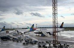 Passagiersvliegtuigen bij de luchthaven Boryspil, Kiev Stock Afbeelding