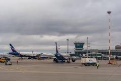 Passagiersvliegtuigen op het parkeren bij de Luchthaven van Moskou Sheremetyevo Stock Foto's