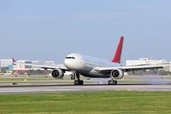 Passagiersvliegtuigen wat betreft neer Stock Afbeelding