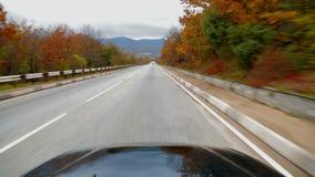 Passagiersvoertuig die zich langs Asphalt Road With bewegen stock videobeelden