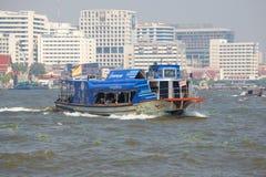 Passagierwegboot 'Chao Phraya Express 'gegen den Hintergrund von modernem Bangkok lizenzfreie stockbilder