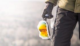 Passamontagna nella mano di uno snowborder Fotografia Stock