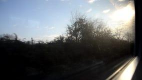 Passando dal sole alla nebbia archivi video