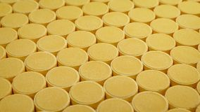 Passando fileiras de tabuletas da vitamina C video estoque