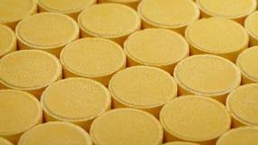 Passando fileiras do close up dos comprimidos da vitamina video estoque