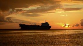 Passando la siluetta della nave sopra il cielo di tramonto video d archivio