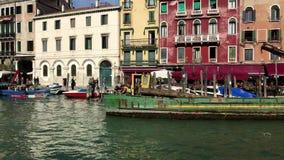 Passando le gondoliere e le barche lungo Canale grande a Venezia, l'Italia video d archivio