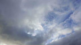 Passando le nuvole prima di un temporale non sono alte in cielo video d archivio