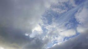 Passando le nuvole prima di un temporale non sono alte in cielo archivi video
