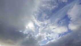 Passando le nuvole prima di un temporale non sono alte in cielo stock footage