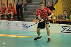 Passando Martin Richter no floorball Fotografia de Stock Royalty Free