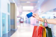 Passando o cartão de crédito Foto de Stock