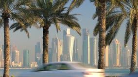 Passando o tráfego na frente da baixa & da skyline central do distrito financeiro, Doha filme