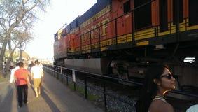 Passando o trem Fotos de Stock