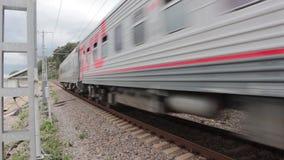 Passando o trem rápido na trilha de estrada de ferro video estoque
