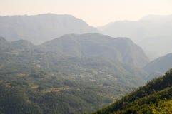 Passando oltre l'orizzonte delle montagne della Serbia Immagini Stock Libere da Diritti