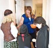 Passando para fora doces de Halloween Imagem de Stock Royalty Free