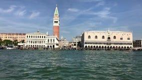 Passando piazza San Marco di Venezia in barca stock footage