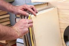 Passando in rassegna attraverso la raccolta delle annotazioni di vinile Priorità bassa di musica Copi lo spazio Fotografia Stock Libera da Diritti