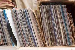 Passando in rassegna attraverso la raccolta delle annotazioni di vinile Priorità bassa di musica Copi lo spazio Fotografie Stock Libere da Diritti