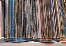 Passando in rassegna attraverso la raccolta delle annotazioni di vinile Priorità bassa di musica Copi lo spazio Immagini Stock Libere da Diritti